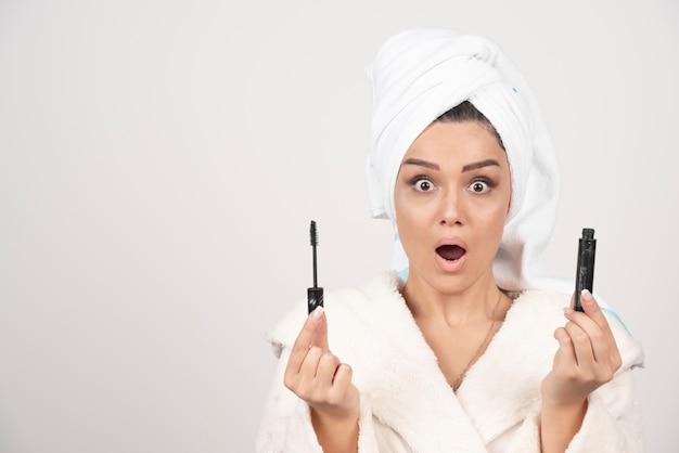 Portret van aantrekkelijke vrouw die in witte handdoek wordt verpakt.