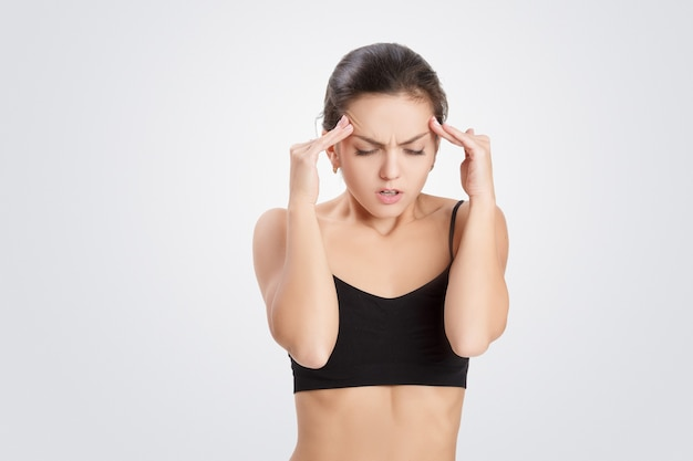 Portret van aantrekkelijke vrouw heeft hoofdpijn, migraine, close-up