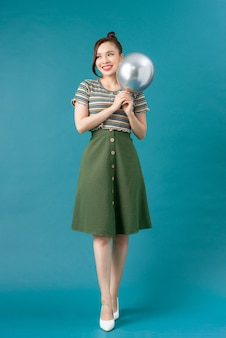 Portret van aantrekkelijke vrouw met zilveren ballonnen