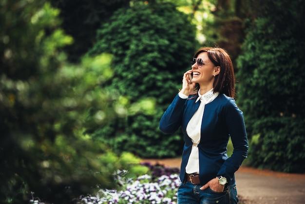 Portret van aantrekkelijke zakenvrouw praten over haar mobiele telefoon