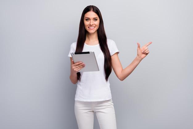 Portret van aardig aantrekkelijk meisje in handen houden met behulp van ebook leeg tonen