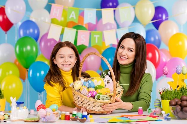 Portret van aardige aantrekkelijke mooie creatieve vrolijke vrolijke meisjes die handwerkkunstwerk voorbereiden huidige geschenkverrassingsmand april masterclass
