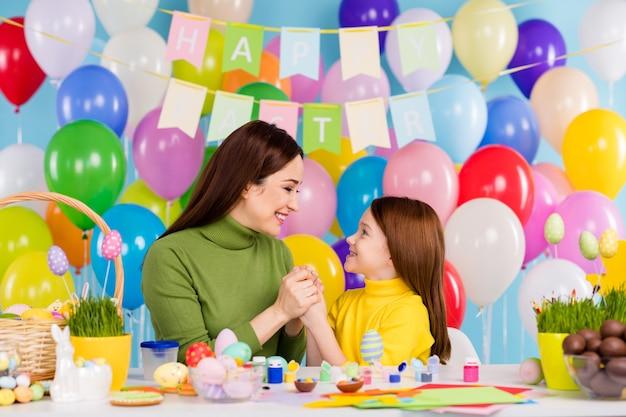 Portret van aardige aantrekkelijke mooie zoete tedere vrolijke vrolijke meisjes die handwerk handgemaakte hand in hand doorbrengen dag kleine kleine nakomelingen zusje voorbereiden