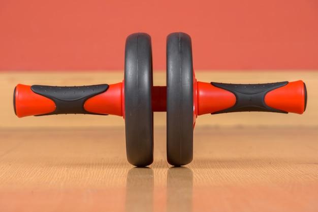 Portret van ab wiel oefeningsapparatuur op houten vloer
