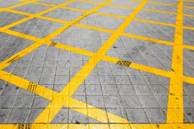 Portret van abstracte achtergrond met gele lijnen op de grond