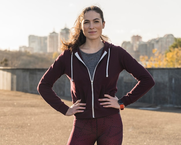 Portret van actieve jonge vrouw openlucht