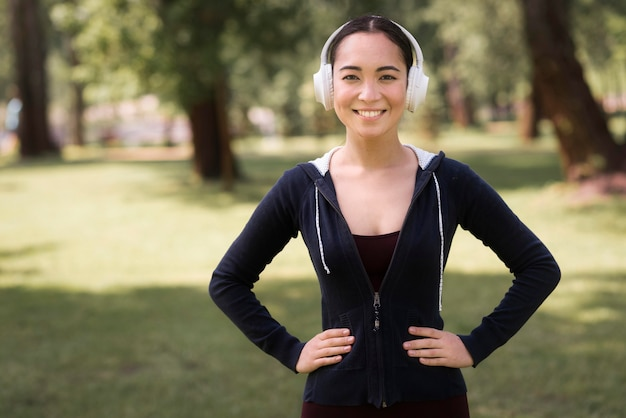 Portret van actieve vrouw die aan muziek luistert