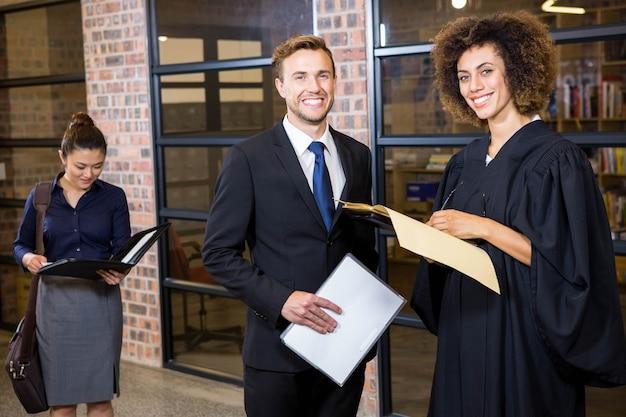 Portret van advocaat die documenten in bureau bekijkt