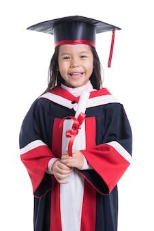 Portret van afgestudeerde meisjestudent in zwarte afstuderen op wit