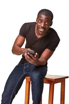 Portret van afrikaanse man praten over de telefoon