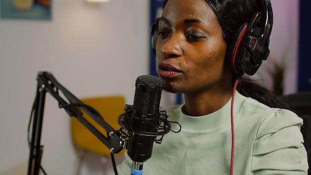 Portret van afrikaanse vlogger die videoblog opneemt met moderne apparatuur in studiopodcast