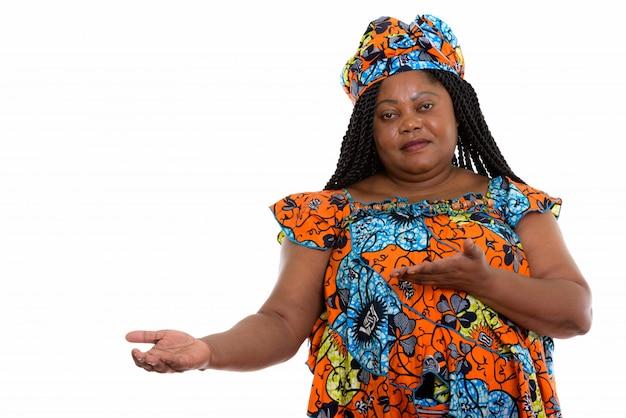 Portret van afrikaanse vrouw die kant toont