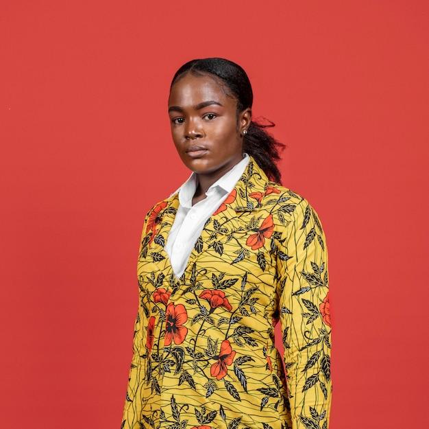 Portret van afrikaanse vrouw in bloemenlaag