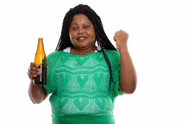 Portret van afrikaanse vrouw met drankje