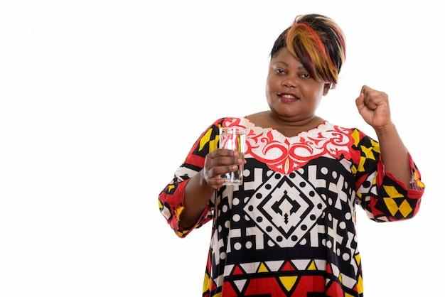 Portret van afrikaanse vrouw met glas