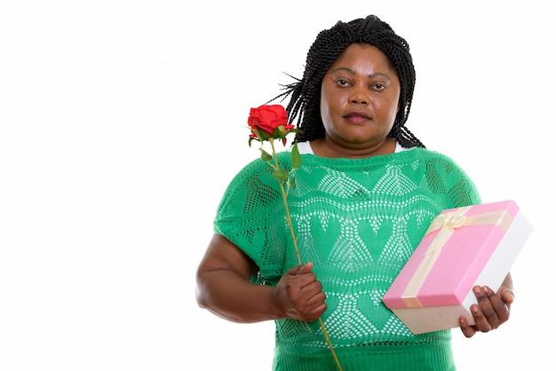 Portret van afrikaanse vrouw met heden en roos