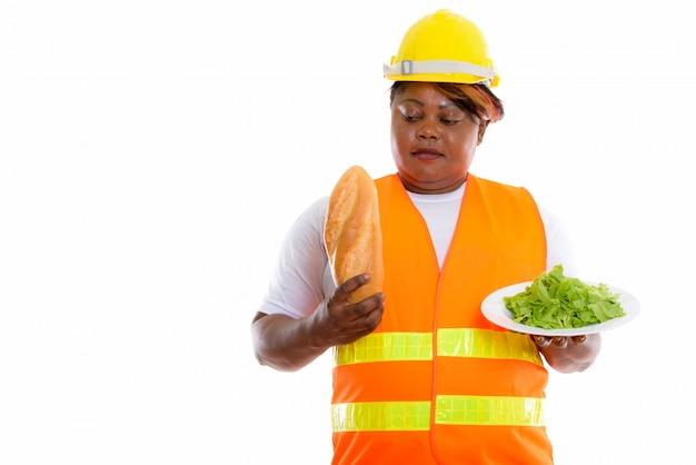 Portret van afrikaanse vrouw met voedsel helm dragen