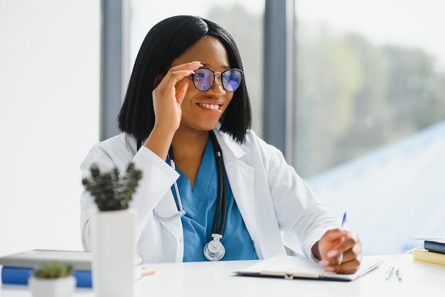 Portret van afrikaanse vrouwelijke arts op het werk