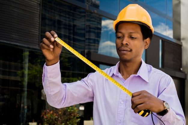 Portret van afro-amerikaanse architect in bouwvakker