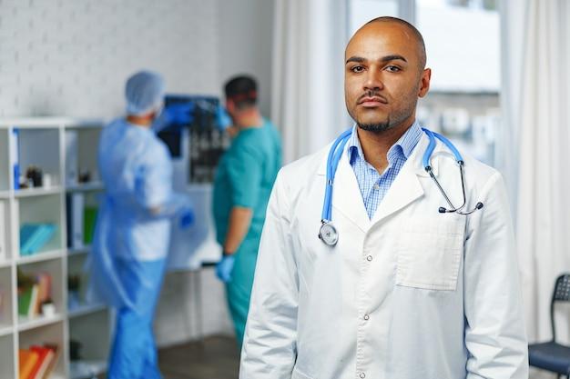 Portret van afro-amerikaanse arts, ziekenhuisoppervlak
