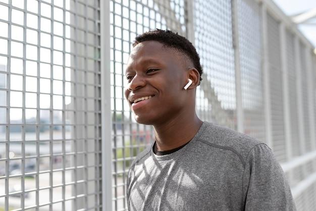 Portret van afro-amerikaanse atleet die aan het trainen is