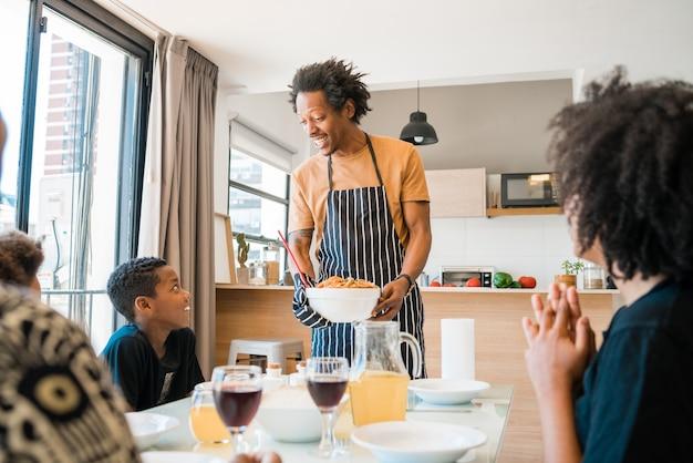 Portret van afro-amerikaanse familie samen thuis lunchen. familie- en levensstijlconcept.