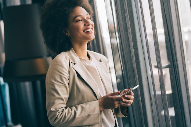Portret van afro-amerikaanse gelukkige zelfverzekerde succesvolle zakenvrouw