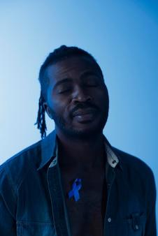 Portret van afro-amerikaanse man met blauw lint