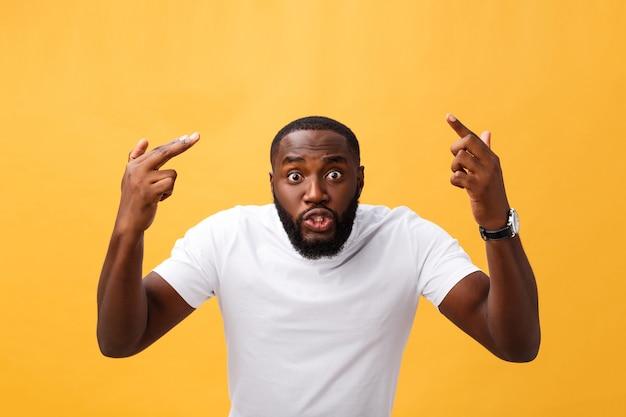 Portret van afro-amerikaanse man met handen aan de orde gesteld in shock en ongeloof.