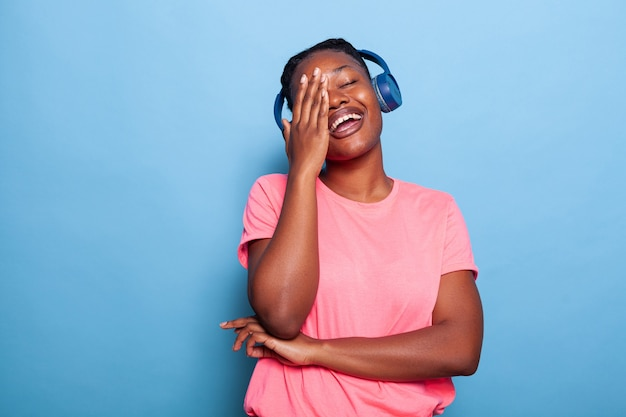 Portret van afro-amerikaanse tiener met headset die alleen muziek luistert