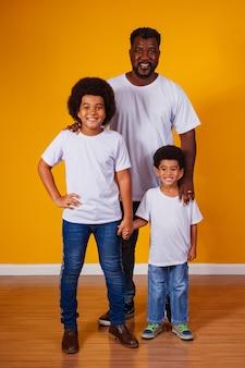 Portret van afro-amerikaanse vader met zijn zwarte kinderen.