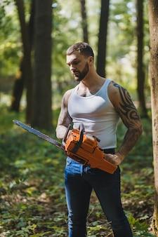 Portret van agressieve spier mannelijke houthakker