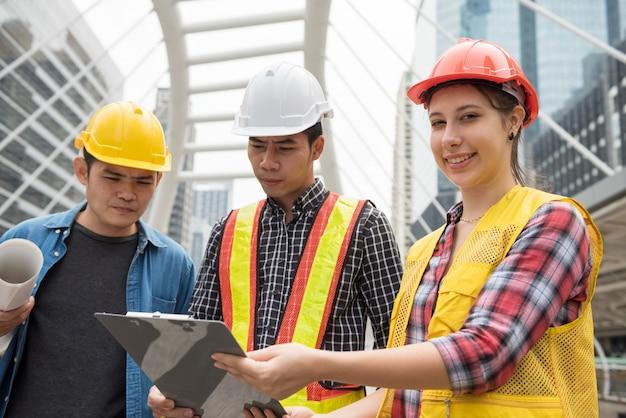 Portret van amerikaanse vrouwelijke ingenieur met team