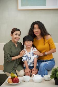 Portret van andere, dochter en grootmoeder thuis