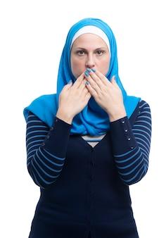 Portret van arabisch moslimwijfje die haar die mond behandelen op witte backgound wordt geïsoleerd
