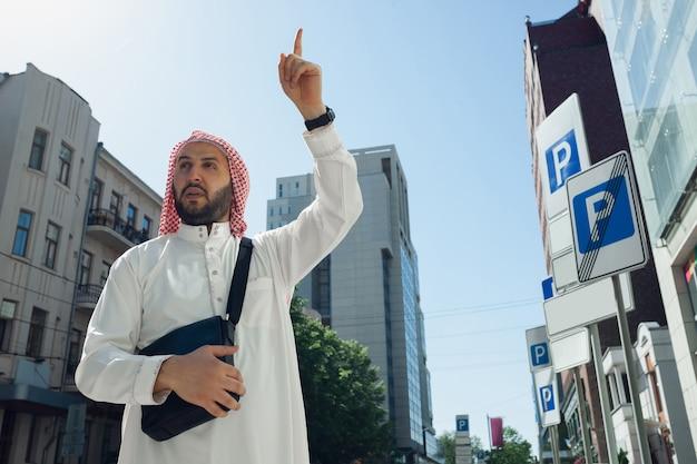 Portret van arabische man in de stad. levensstijl