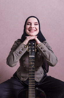 Portret van arabische vrouw met gitaar