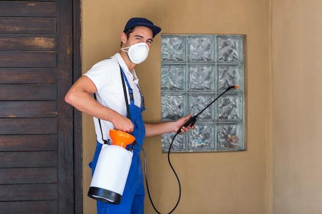 Portret van arbeiders bespuitend chemisch product