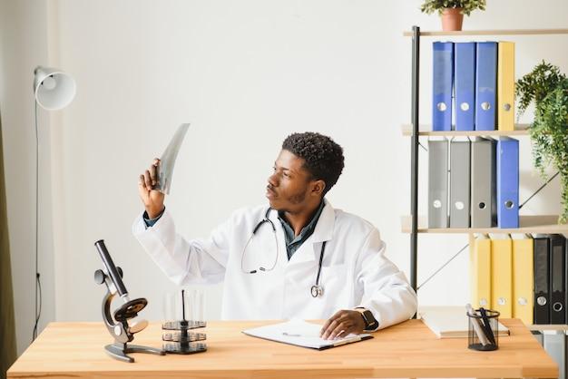 Portret van arts die röntgenresultaten controleert
