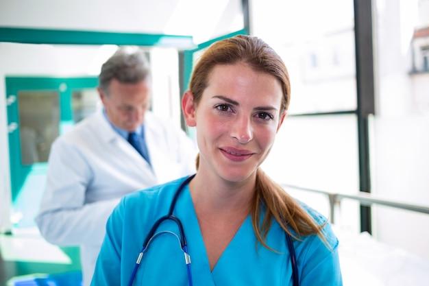 Portret van arts en verpleegster die bij camera glimlachen