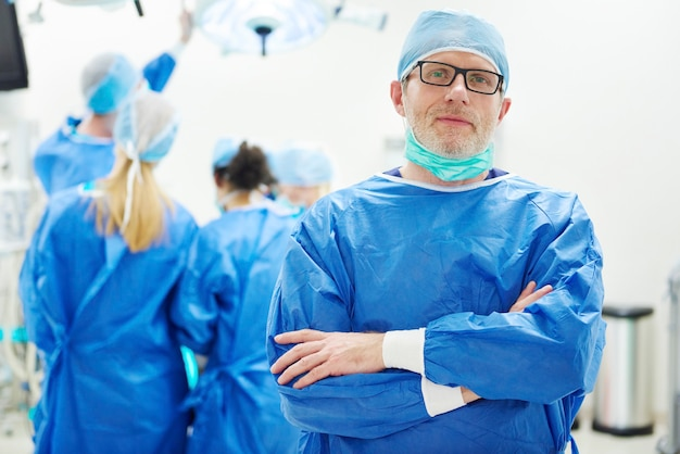 Portret van arts in operatiekamer