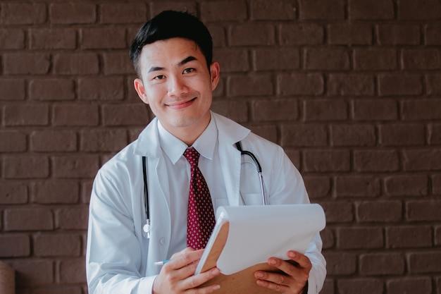 Portret van arts met een stethoscoop in de handen
