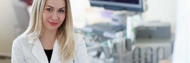 Portret van arts van ultrasone diagnostiek op achtergrond van patiënt