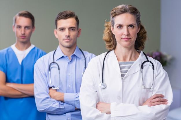 Portret van artsen die zich met gekruiste wapens bevinden