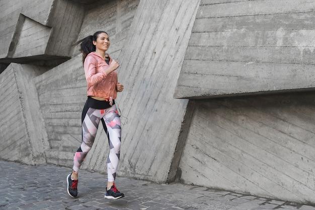 Portret van atleet buiten lopen