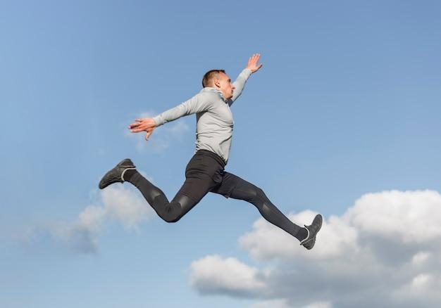 Portret van atletische man springen