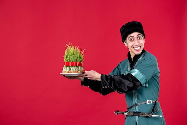 Portret van azeri man in klederdracht met semeni op rode lente danser vakantie novruz