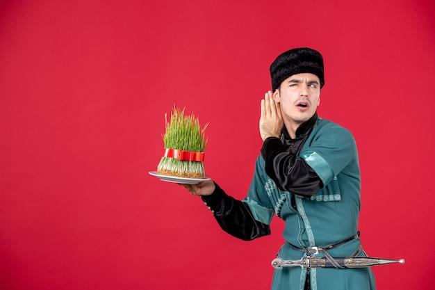 Portret van azeri man in klederdracht met semeni op rood