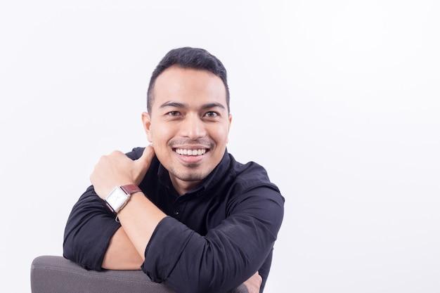 Portret van aziaten gelukkig knappe jongeman aankleden in zwart t-shirt