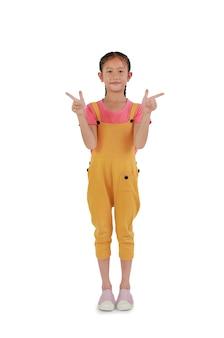 Portret van aziatisch jong meisje kind gebaar twee vinger wijzend naar naast geïsoleerd op een witte achtergrond. afbeelding volledige lengte met uitknippad.